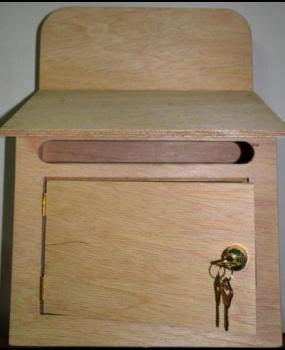 Γραμματοκιβώτιο από πλακάζ θαλάσσης διαστάσεων 30x10x46cm.